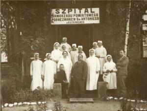 Siostry Franciszkanki od Cierpiących z personelem Szpitala 1933 r.